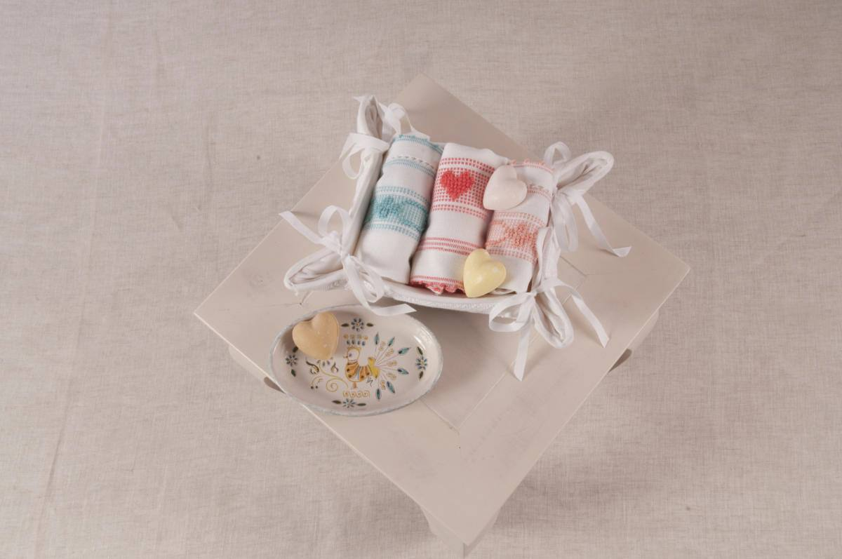 Art-12 cestino composto da 3 lavette in misto lino con saponette cuore