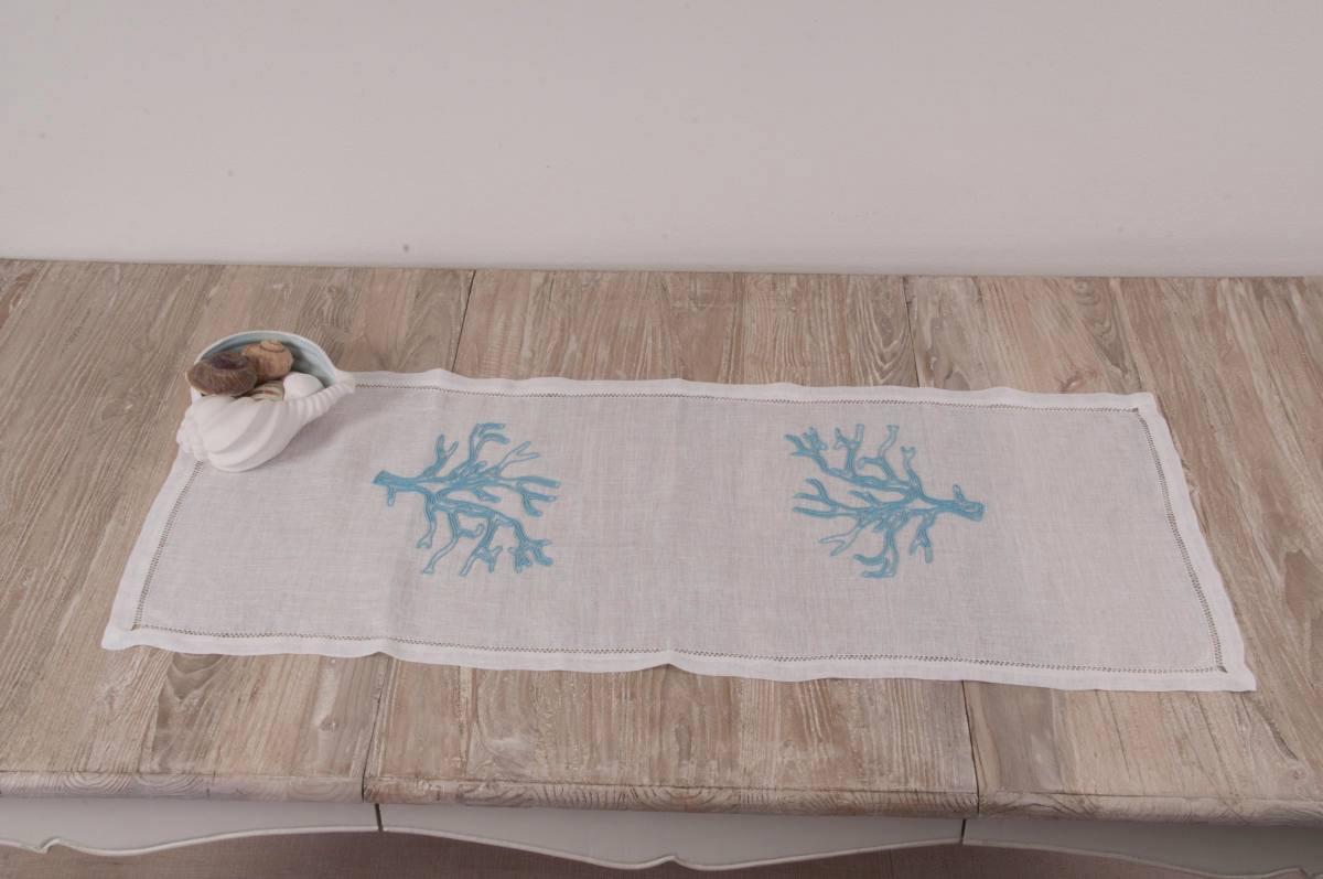 Art-15 centro in lino puro bianco con corallo celestino e orlo a giorno doppio