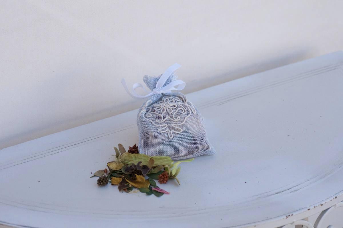 Art-2 sacchetto profuma biancheria in lino puro celeste con pistoccu panna