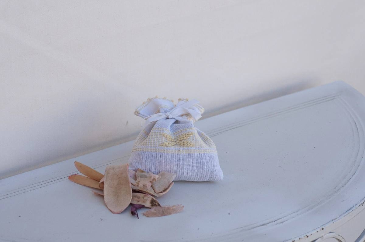 Art-3 sacchetto profuma biancheria in misto lino con farfalla giallino