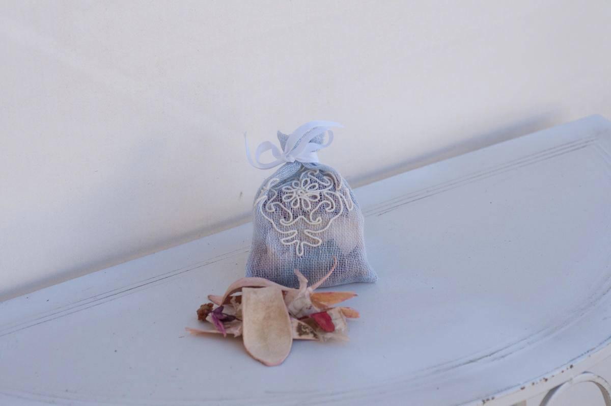 Art-5 sacchetto profuma biancheria in lino puro celeste con pistoccu panna