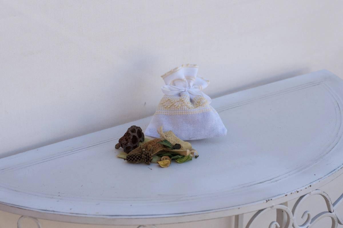 Art-6 saccetto profuma biancheria in misto lino con rombetti giallino
